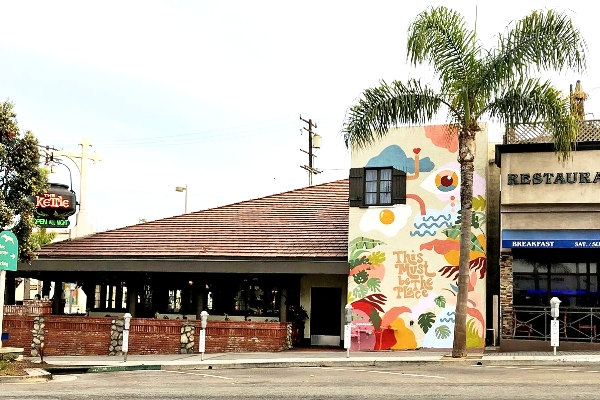 MANHATTAN BEACH MURAL PAINTS THE KETTLE AS A TRUE HOMETOWN FAVORITE