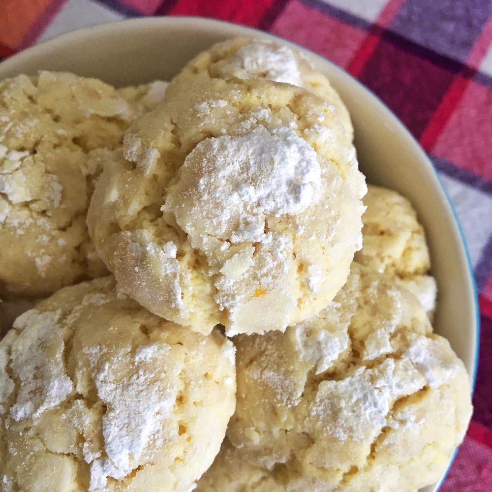 Lemon crinckle biscuits - This recipe is perfect when you just have the basic ingredients for baking in the fridge. I absolutely love the sweet and sour taste of them. Plus they are super easy to make, and perfect for all the occasions.If you are a citrus lover, give them a try and let us know! Here's THE recipe.