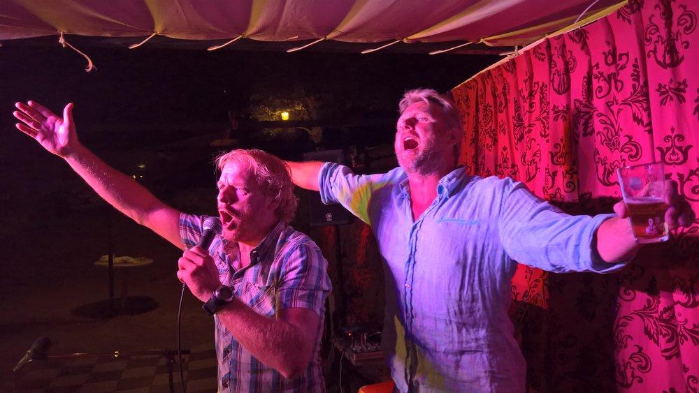 Tom Sligting en Harry Glotzbach zingen in zomerbar Estival Faia Portugal.jpg
