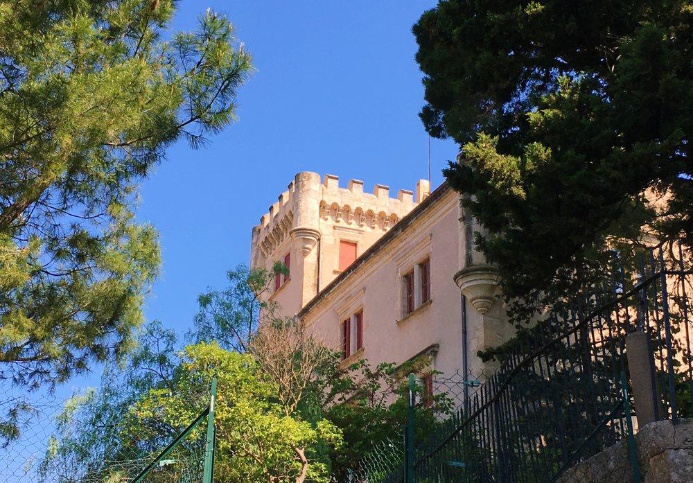au pied du château de conas, voyage oû moyen-âge et renaissance s'embrassent delicatement. -