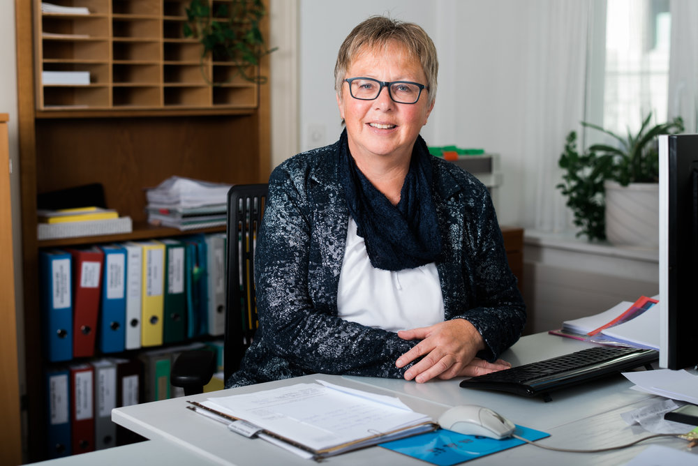 Rosmarie Figi-Streiff - 1998 startete Rosmarie Figi-Streiff als erste Sekretärin bei RHS&P. Seither ist sie der Anwaltskanzlei treu geblieben und konnte in den vergangenen Jahren als Sachbearbeiterin sehr viel Erfahrung sammeln. Heute unterstützt sie die Anwältinnen und Anwälte unter anderem bei der Bearbeitung von Verträgen. Sie ist zudem eine massgebende Stütze bei Erbteilungen und Willensvollstrecker-Mandaten. Auch führt sie selbständig Buchhaltungen Dritter.figi@rhslawyers.ch