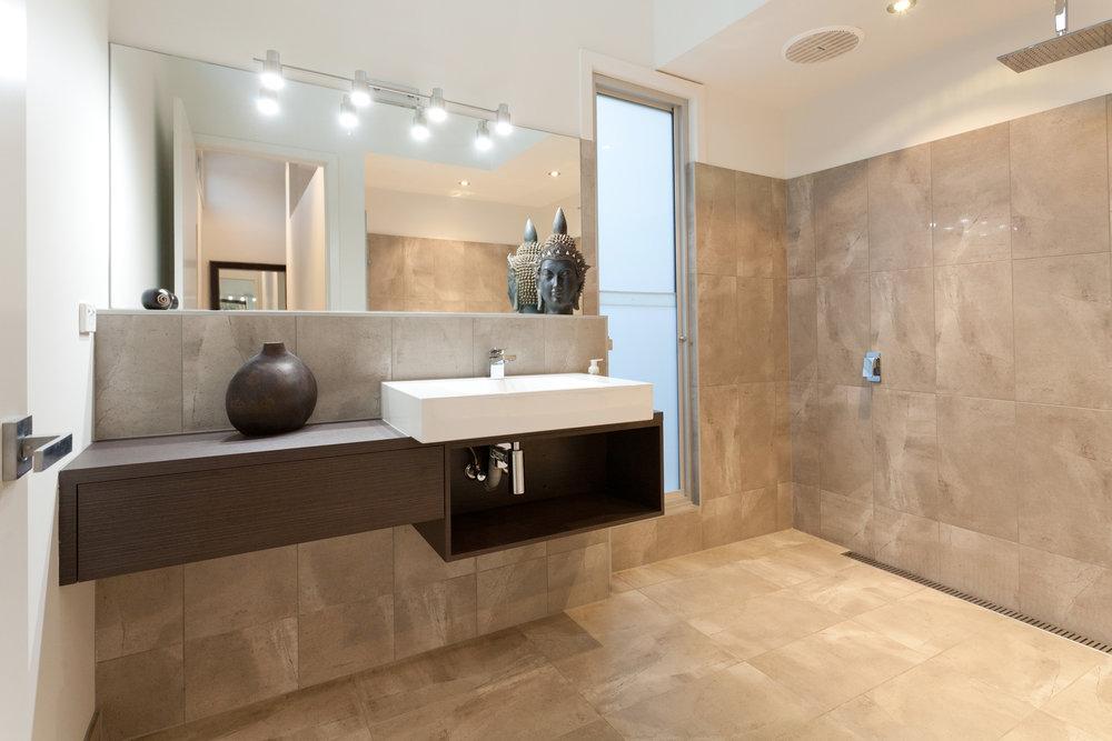 bathroom1-8aKingGeorges.jpg