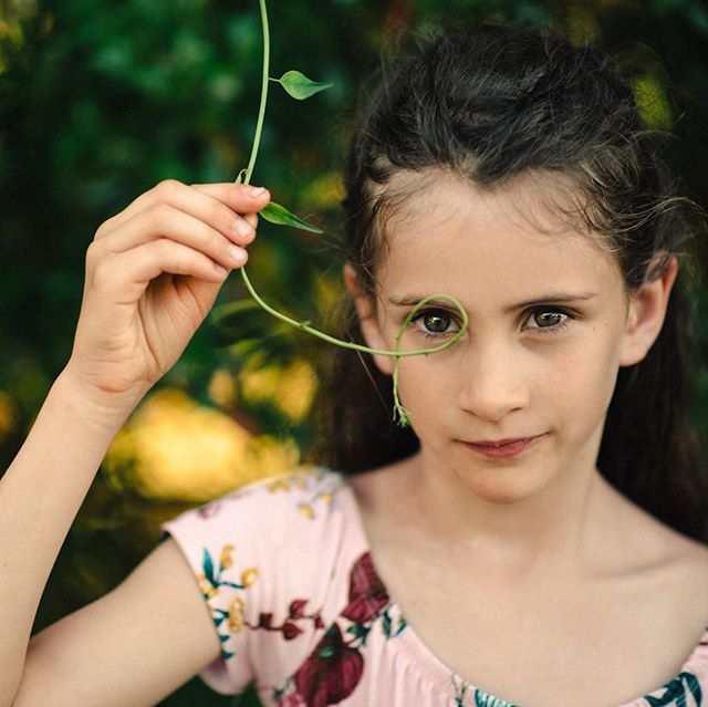 Attentive à la nature🌿🌱👀 #nature #naturekids #letthekids #letthekidsfilm #our_every_day_moments #greeneyes #momwithcameras #portraitmood #kidsportrait #greenbeauty #naturalbeauty
