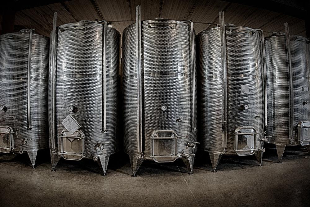 All'interno della Cantina RIZZI, nei locali di vinificazione, una batteria di tini termo-controllati e di pompe per i rimontaggi,