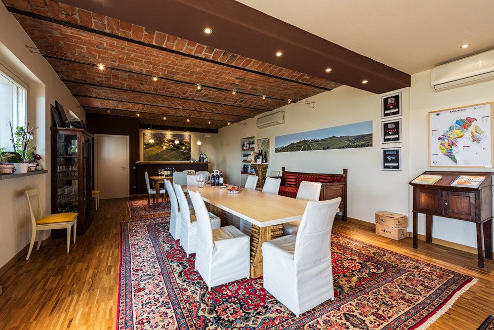 La Sala Degustazione, con una meravigliosa vista sulla Langa, completa la Cantina Rizzi, regalando UNA FUSIONE TRA MODERNITA' E TRADIZIONE -