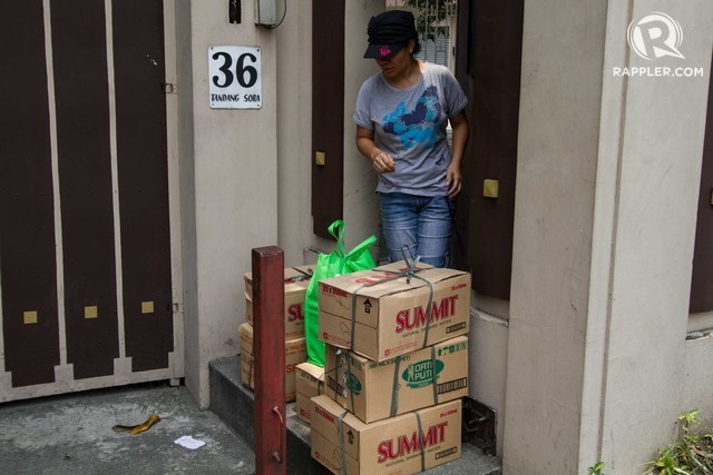 Supporters send food and water to 36 Tandang Sora, Quezon City, as the Iglesia ni Cristo crisis continues. Photo by Mark Saludes/Rappler
