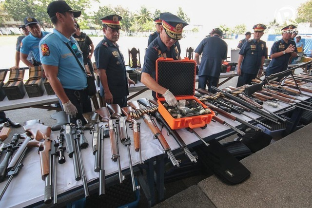 WEAPONRY. NCRPO chief Director Oscar Albayalde and Quezon City Police District head Chief Superintendent Guillermo Lorenzo Eleazar present to media weapons seized from the Iglesia ni Cristo compound, March 9, 2017. Photo by Darren Langit/Rappler