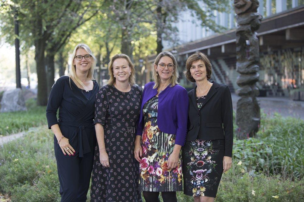 Petra Hielkema, Gisella van Vollenhoven-Eikelenboom, Maaike van Leuken, en Willemieke van Gorkum van De Nederlandsche Bank (DNB) sluiten zich aan bij 'Topvrouwen helpen topvrouwen'. Fotografie:Evgeniy Victorovich van FotoProm.