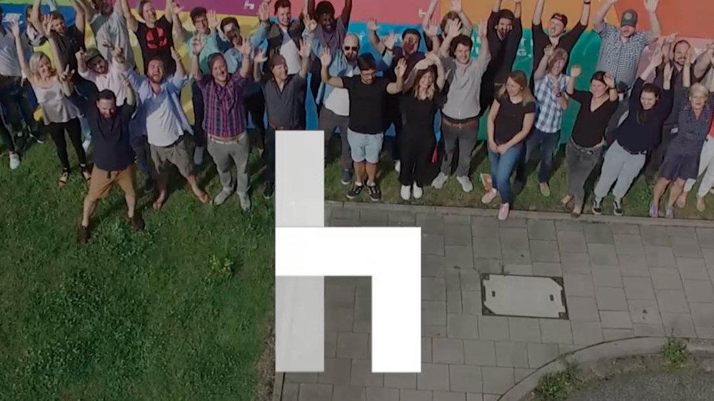 """Havas - Wir sind eine bunte Gruppe mit verschiedensten Nationalitäten, Backgrounds, Talenten und Frisuren. Wir nutzen Technologie, Media und Kreativität, um Marken und Menschen zusammenzubringen. Das machen wir mit großer Leidenschaft und das Ergebnis nennen wir """"meaningful connections"""".Mitarbeiterzahl: 800 (Havas Creative, Havas Media, Havas Health)Credo: Be Silly. Be Brave. Be Kind.Maskottchen (>2 Beine): Berta, Lotte, Lille, Ringo, Moody, Polly, Toni, Flocki, …Special goodies: Kicker, Turntables, FridayBeer, zahllose """"Rückzugsräume""""Düsseldorf ist geil, weil: es voller Superlative ist: das größte Dorf Deutschlands, die längste Theke der Welt, die einzig lebenden toten Hosen und Altbier, das nie älter wird."""