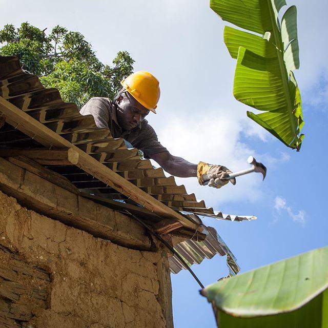 Réparation d'un toit suite au dégâts causés par l'Ouragan Matthew en Haiti! #MainDansLaMainPourHaiti #PostMatthew  Photo prise par le Centre d'Études et de Coopération Internationale (CECI)