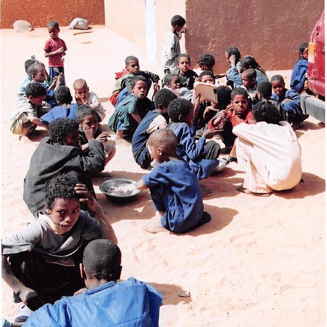 Une école dans le désert du Niger. De très belles photos d'enfants! #archives2005 Pays: Niger 🇳🇪 #lavitrinederoncalli #lemondederoncalli