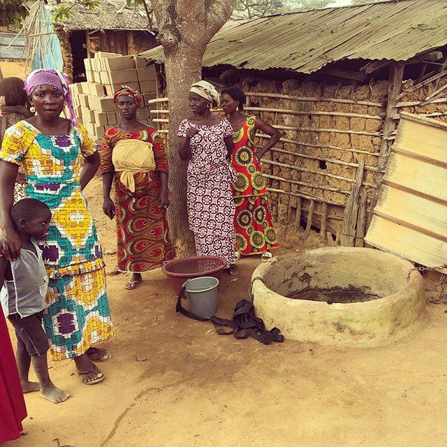 Des mères et leurs enfants du village d'Ira proche d'un puit #l'eaucestimportant Pays: Côte d'Ivoire  #lavitrinederoncalli #lemondederoncalli