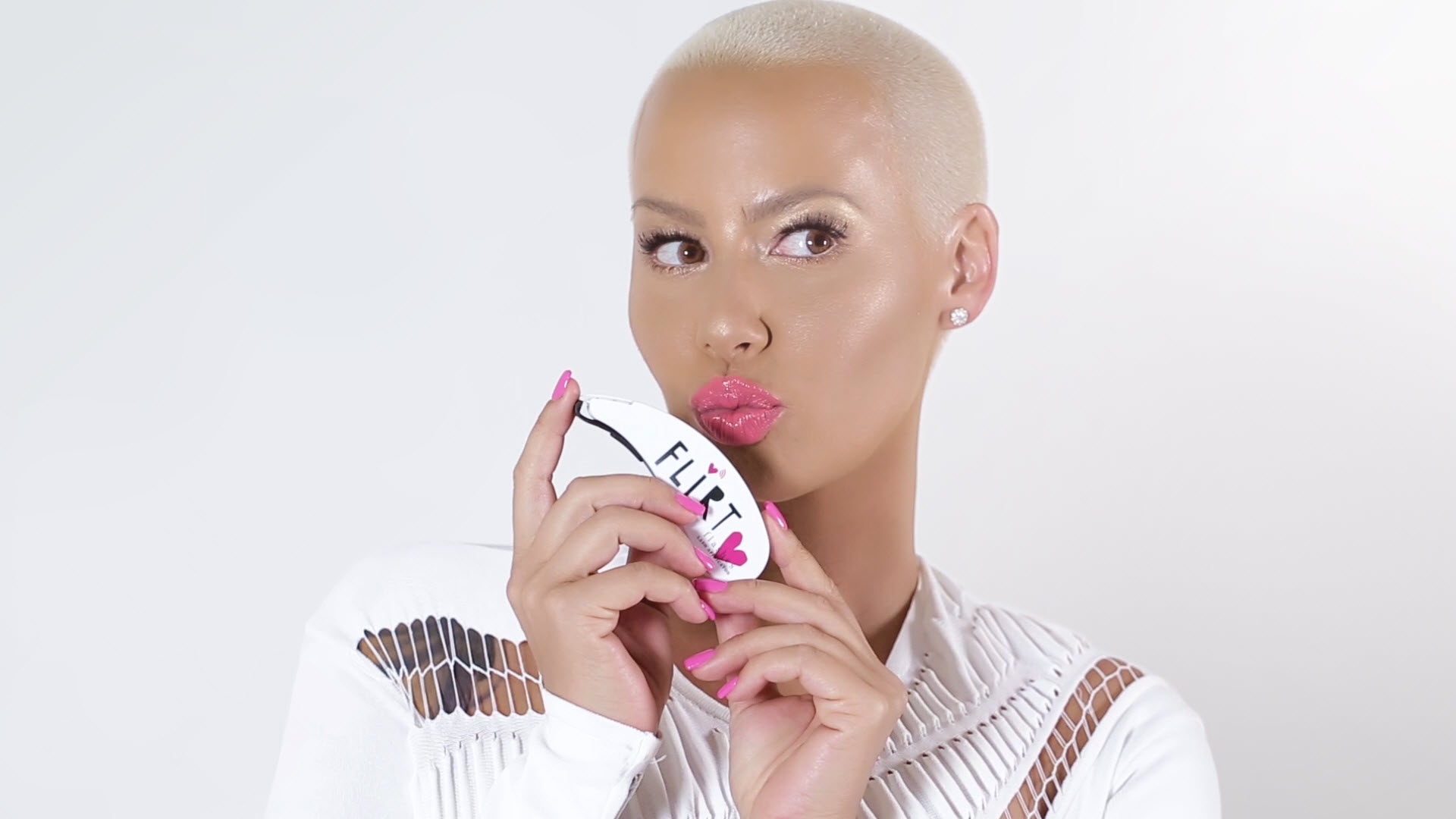 firt-cosmetics-flashes-eyelash-gun-amber-rose_2016_09