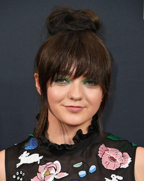 maisie-williams-emmys-2016-makeup-beauty.png