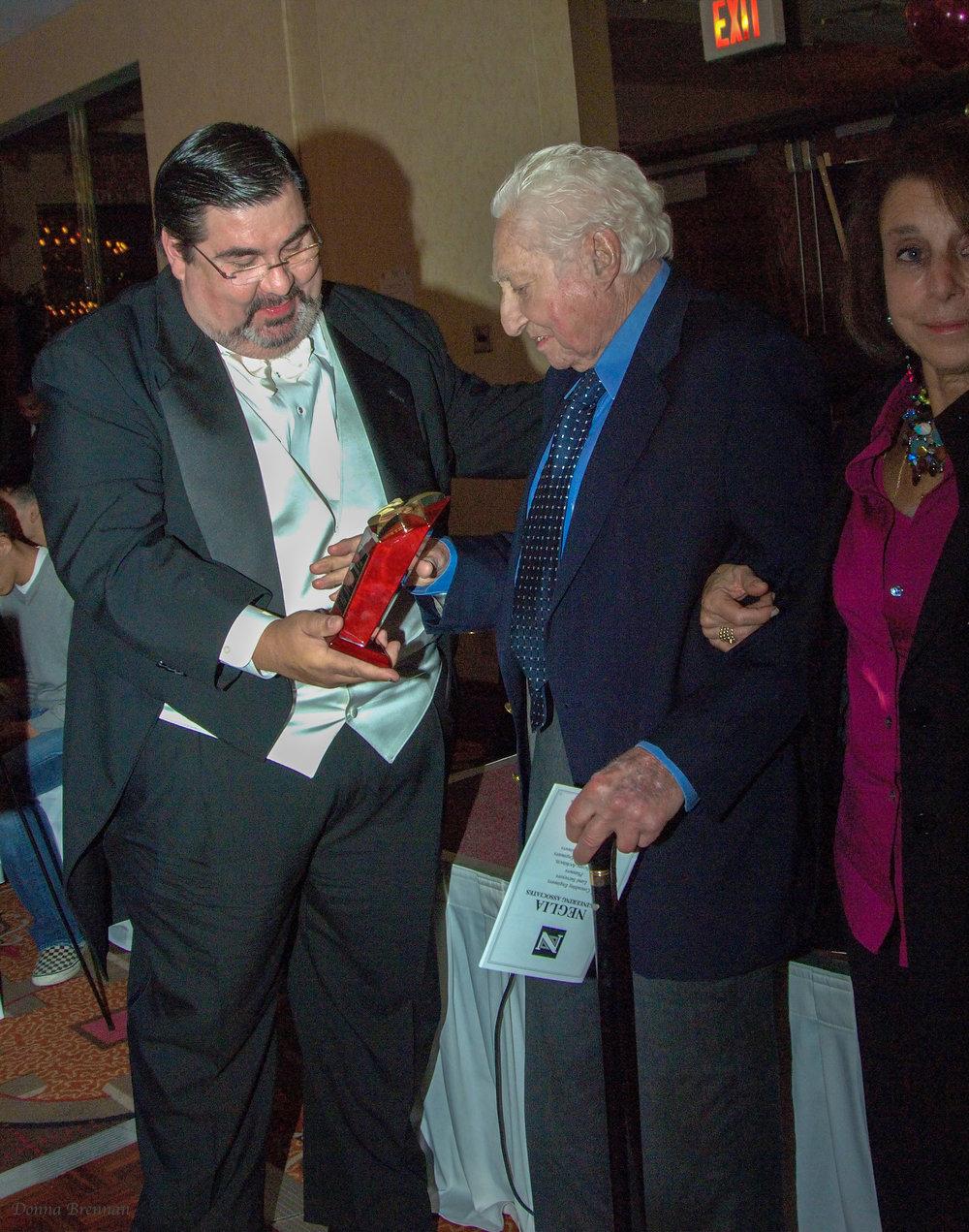 Nelson givng award Sculberg.jpg
