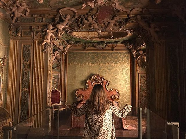 When you feel a certain way walking into a room but don't know why, it's probably in the design. This is my favorite room in The Met and makes me feel powerful, sexy and awed all at the same time. #thepowerofdesign . . . . #art #nyc #classicaldesign #keepclassicalive #interiordesigner #atxdesigner #fdamask #gilt #dreamy #romance