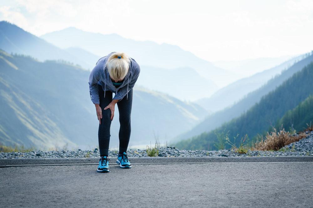 randonnée blessure genou femme montagne