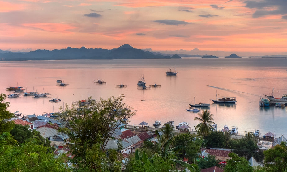 Labuan Bajo, the perfect sunset spot to make your journey to Flores Island complete - You can watch it around 6 pm from one of the bars or restaurants overlooking the harbour and the bay, sipping a fresh coconut or Bintangs!Sunsets in Labuan Bajo are magical and surreal when accompanied by the call to prayer of the four mosques, making them hypnotic. A perfect feeling after a big day around to watch nature paint the sky with a fresh palette of colours, the light reflecting off the few clouds, turning them a gorgeous shade of peachy-pink.