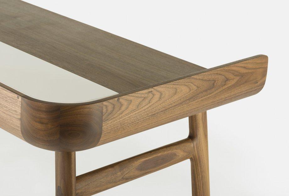Harold_Desk_by_Nichetto_in_walnut_detailweb_920x625.jpg