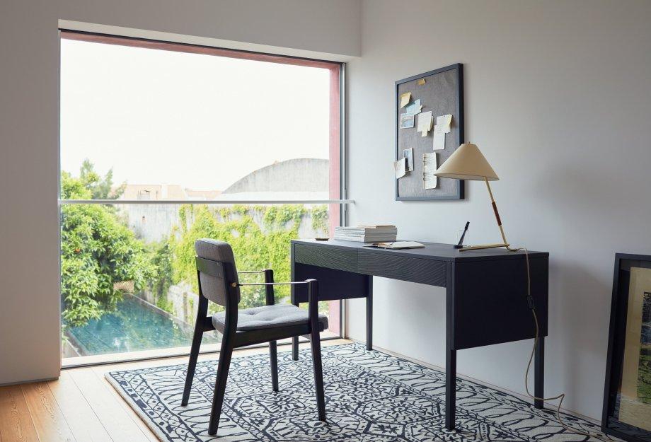 Drape_desk_Capo_dining_armchair_by_NeriHu_photo_by_Yuki_Sugiura_1_WEB_920x625.jpg