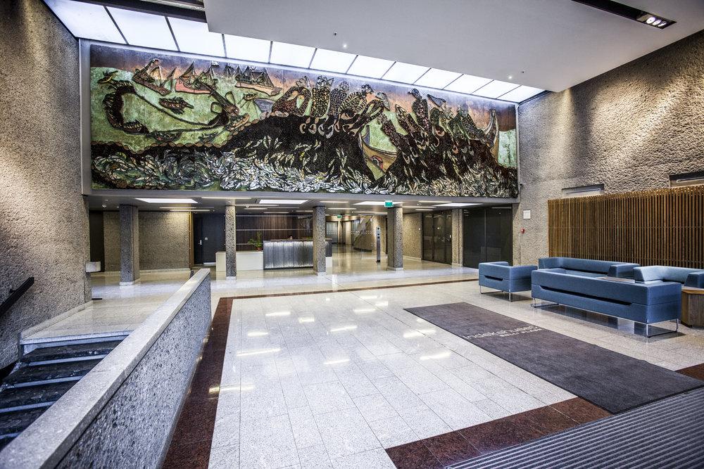 Moderne lokaler - Moderne uttrykk med variasjon av stein, glass, betong. Lokalene er totalt ca. 1.000 kvm, men kan enkelt deles i to separate enheter.