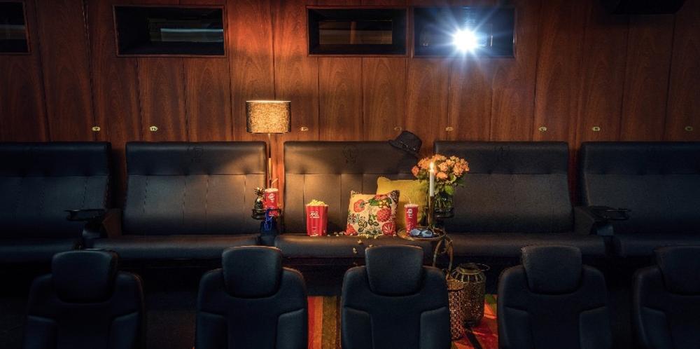 Biotvåa till förmån för Friends - SF Bio har sedan 2015 varit nationell sponsor till Friends. I september 2017 auktionerade de, tillsammans med Erik Olsson fastighetsförmedling, ut en biotvåa* till förmån för Friends arbete. Initiativet bidrog till ett bud på 107 000 kr från privatpersonen Daniel Björkman. Köpeskillingen gick oavkortat till Friends.* Biotvåa – centralt belägen 2-sitssoffa på Rigoletto i Stockholm.I köpet ingick obegränsad tillgång till samtliga offentliga filmvisningar för två personer under ett helt år.