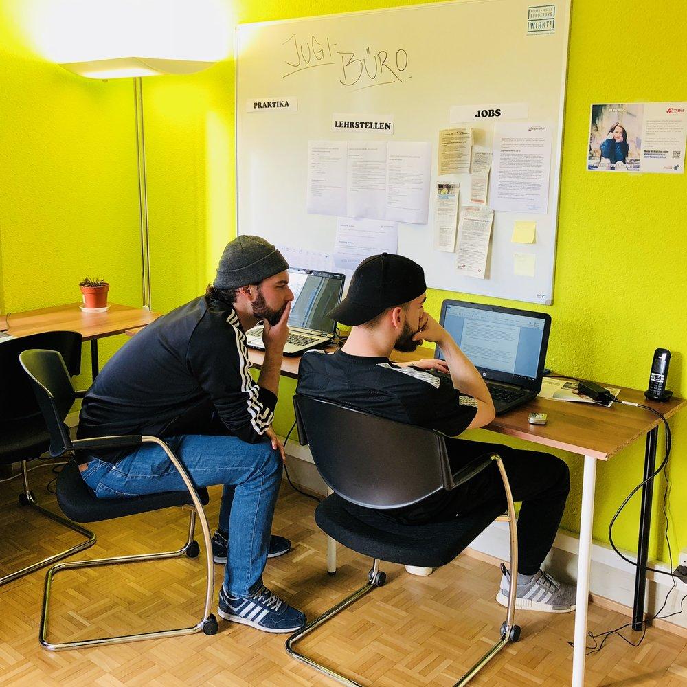 Jugi-Büro - Donnerstag & Freitag 16.00 - 18.00 Uhrim JugendhüsliFür Jugendliche zwischen 10 und 23 JahrenEs stehen mehrere Computerstationen, ein Drucker, ein Scanner, Büro- und Bewerbungsmaterial zur Verfügung. Wir bieten diverse Informationen zum Bewerbungsverfahren und der Lehrstellensuche an. Das Jugi-Büro darf aber auch für Internetrecherche, Hausaufgaben, Vortragsvorbereitungen, Arbeiten etc. benutzt werden.Das Jugi-Büro wird von kompetenten Jugendarbeitenden betreut, welche die Jugendlichen begleiten und unterstützen.