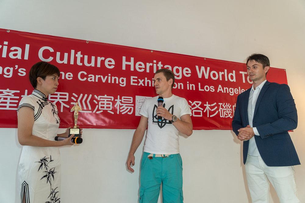 Andrii Korotun presents Yang Jingjing an Award