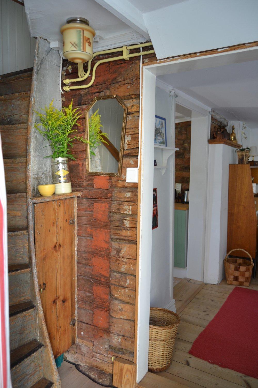 Välkommen in! - När du öppnar dörren och kliver in över tröskeln befinner du dig i ett litet trapphus.Till vänster leder trappen upp till två sovrum och toalett/dusch.Rakt fram finns allrummet och till vänster ligger köket.
