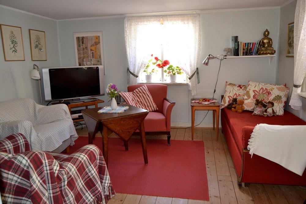 Allrummet - Här finns TV (baskanaler) samt DVD och CD. Tillgång till Wi-Fi i hela huset. Böcker och ett par spel finns i bokhyllan. Här kan en person sova i bäddsoffan.