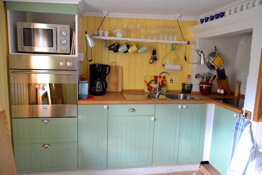 Köket - Köket är fullt utrustat med spishäll, ugn, micro, kyl&frys, kaffebryggare och ett antal olika köksmaskiner.Allt är