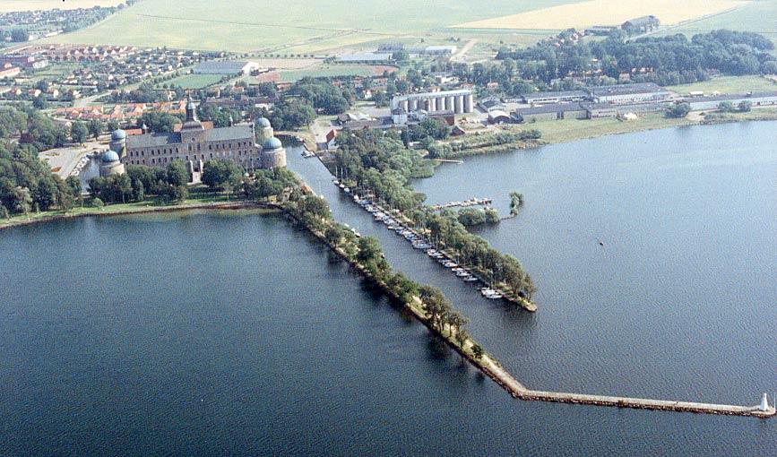 Vadstena - Vadstena är en fantastisk plats, mitt emellan Stockholm och Göteborg. På östra stranden av Vättern njuter du av närhet till vatten. I innerstaden hittar du kullerstensgränder och medeltida miljöer.
