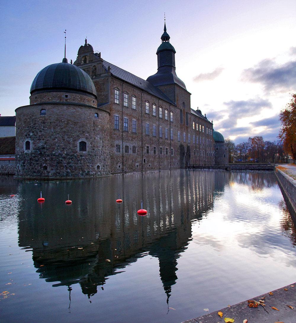 Slottet - Vadstena Slott började byggas år 1545, på initiativ av kung Gustav Vasa som en försvarsborg men utvecklades med tiden till ett vackert renässanspalats. Slottet stod färdigt 1621. Slottet är öppet dagligen under sommartid, men guidningar och evenemang hålls året runt.