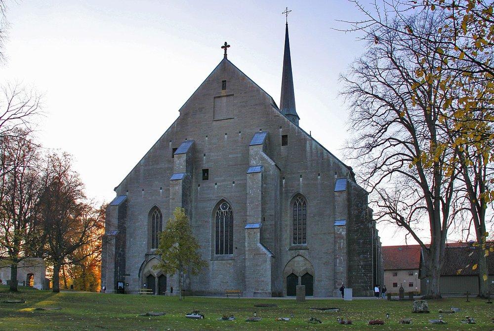 Klosterkyrkan - Vadstena klosterkyrka är bland de större medeltida kyrkobyggnaderna i Sverige och tillsammas med Vasaborgen dominerar den ännu staden. Kyrkan med sina höga smala fönster och utvändiga, kraftiga strävpelare är byggd av kalksten från trakten.