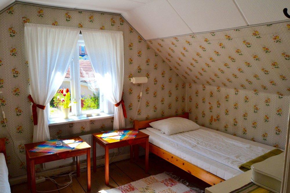 Sovrum mot gården - Här finns två sängar med plats för en barnsäng.