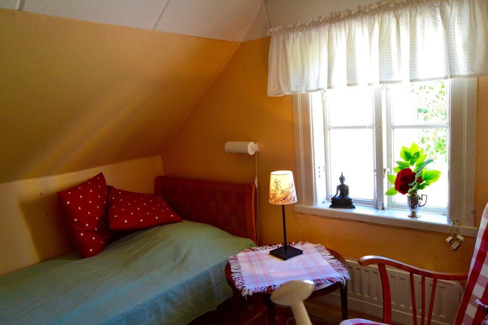 Sovrum mot gatan - Rummet har en säng, men om nöden kräver sätter vi in en extrasäng eller en barnsäng.