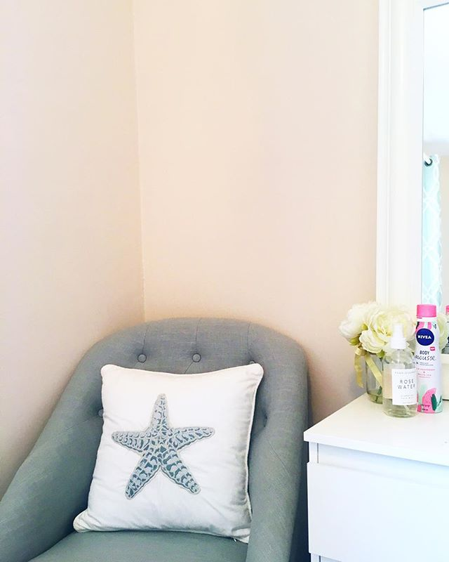 My mum must wonder why I love spending so much time at home - when she makes my room this beautiful why would I ever leave 😍🐚🦀 #newblogpost #bloglife #asseenonme #picoftheday #brumbloggers #calledtobecreative #dowhatyoulove #exploretocreate #liveauthentic ##lifestylebloggers #dailyblogger #travel #theartofslowliving #exploremore #livethelittlethings  #flashesofdelight #nothingisordinary