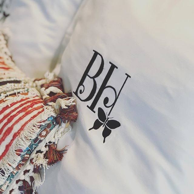 Oh hi, monogrammed pillows! 😍