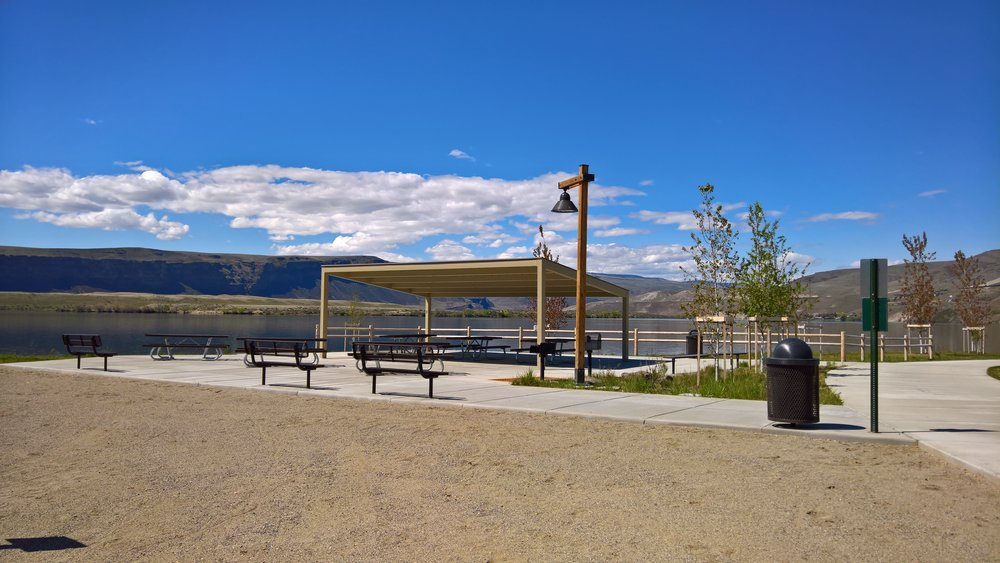 Covered area at the west end of Chinook beach. Each of the day-use areas in Chinook and River Bend parks have have a covered areas so you can grab some shade.