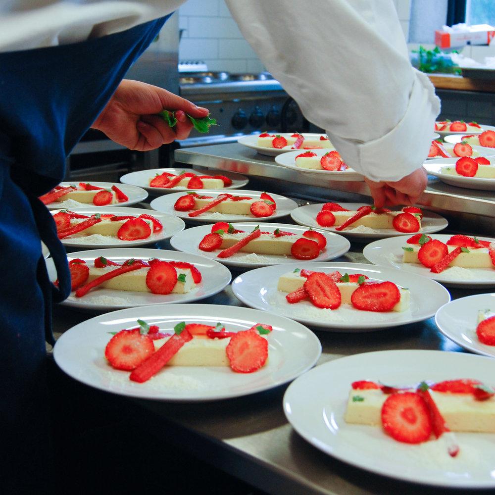 Geiteberg låve bryllup servering 16.jpg
