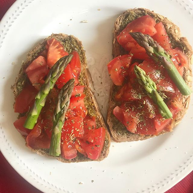 Yes to #asparagus! Need a little pick me up snack? 💥 I've got you covered with this delicious pesto 🍅 & asparagus 🥪! — Heat up a pan (no oil!) and toast the bread on both sides Chop the 🍅  Spread pesto on the toast 🍞  Leave on skillet for a few minutes and add chopped 🍅  Serve with fresh asparagus on top — Enjoy nomads! —  #nomadlicious #asparagus #freshfood #veganrecipes #foodiegram #foodforfuel #buzzfeedtasty #instalicious  #instagood #huffposttaste #thekitchn #tastespotting #forkfeed #eeeeeats #veganeats #veganpower #veganrecipes #vegano #veganbreakfast