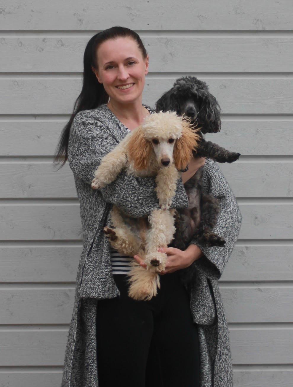 Sanna - Olen eläintenhoitajan ammattitutkinnon suorittanut koirahieroja. Asiakkaina minulla käy kaikenikäisiä harrastuskoiria, työkoiria, nivelrikkopotilaita, erilaisista loukkaantumisista tai operaatioista toipuvia sekä ihan kaikenlaisia kotikoiria joiden hyvinvointia ylläpidetään hoitojen avulla. Aiempi työkokemus koirien kouluttajana on antanut minulle vahvan pohjan erilaisten koirayksilöiden kanssa toimimiseen ja myös arat koirat ovat tervetulleita totuttelemaan käsittelyyn.Minulle on tärkeää kehittyä työssäni jatkuvasti ja jatko-opintoja löytyykin muun muassa koiran biomekaniikasta, faskiamanipulaatiosta sekä rangan tutkimisesta ja hoidosta. Tällä hetkellä opiskelen lisäksi koirien hoitamista akupunktion ja kraniosakraaliterapian avulla. Hyödynnän erilaisia tekniikoita työssäni monipuolisesti jotta jokaisen koiran kohdalla päästäisiin parhaisiin mahdollisiin tuloksiin.Kotona minulla on neljä omaa koiraa, villakoiria ja maltankoiria. Harrastamme monipuolisesti eri lajeja ja kilpailemme aktiivisesti agilityssa, rally-tokossa sekä Nose Workissa. Arki, työ ja harrastukset pyörivät siis vahvasti koirien parissa, mikäs sen parempaa!