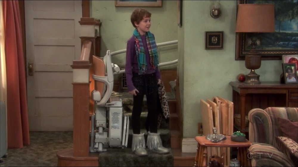 Darlene's children are great and we love the name homage to Uncle Mark. Notice the stairs lift, that's new. Presumably for Roseanne's bad knee?