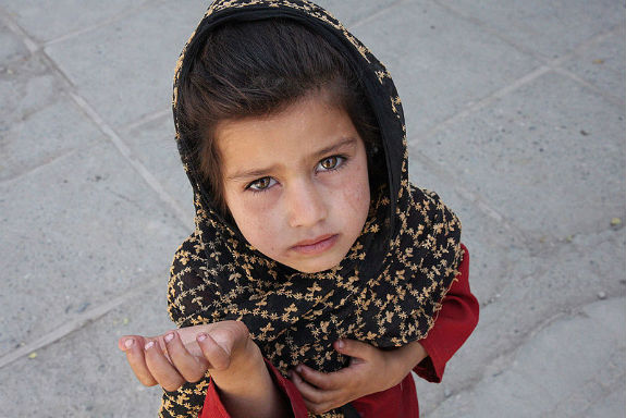 Afghan_girl_begging.jpg