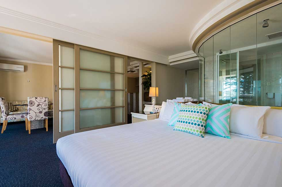 海景  SPA套房   套房设施有会客室,卧室,小厨房。落地玻璃窗外的独立阳台上可以看到格林芒特标志性的诺福克松。套房配有空调,2台32英寸平面电视,拉伸式沙发床,1.8米大床,冰箱,独立浴室和SPA冲浪浴缸,和定制洗浴用品。