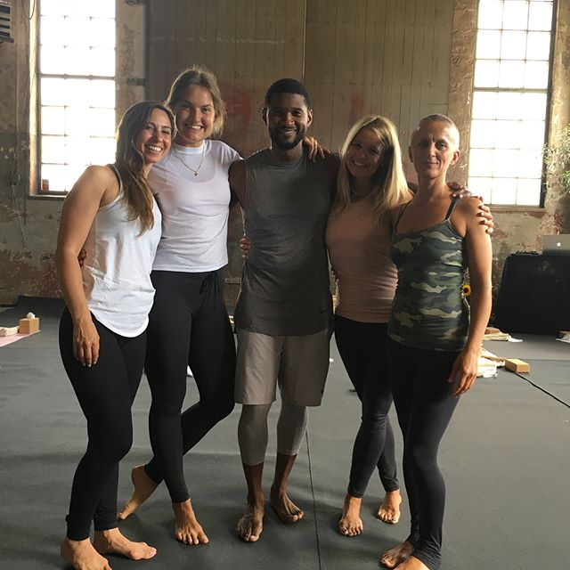 What an amazing day! Such an honour to assit Usher and Danielle at today's class for @brilliantmindssthlm . Thank you @filippak_softsport for beautiful outfits, @yogiraj.se for fabolous mats and props @pepstopreneevoltaire for yummie breakfast and @nicoledegeer for it all. Also so very happy to share this experience with @haxlinder and Penny.