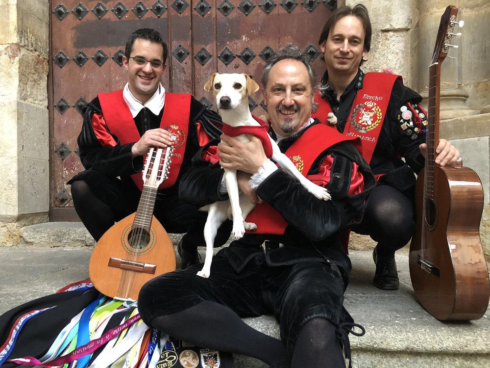 Con tunos de Derecho de Salamanca.