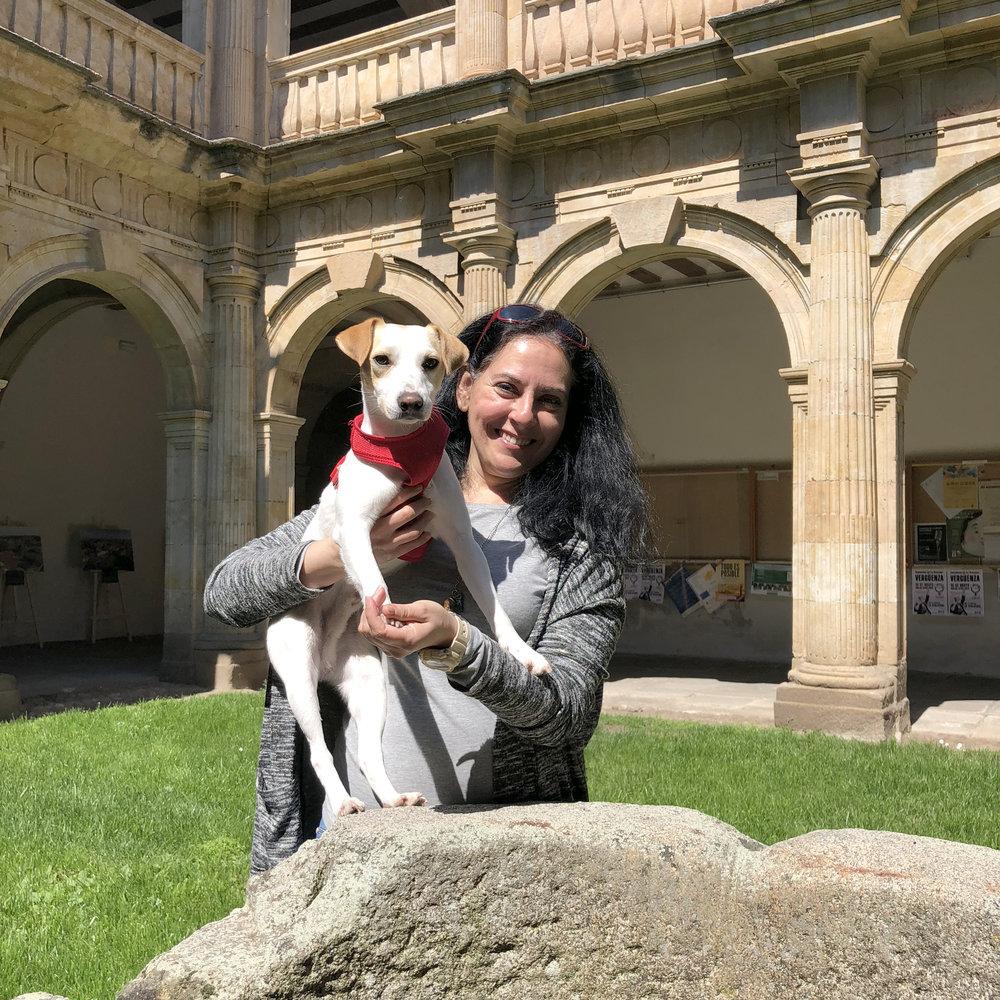 Con Carolina en el claustro de la Facultad de Filología.