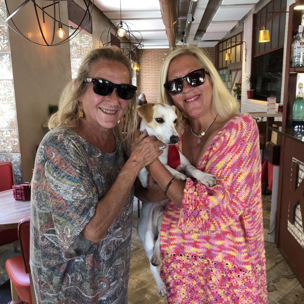 Con Maca y Elvira, de Villanueva Bar.