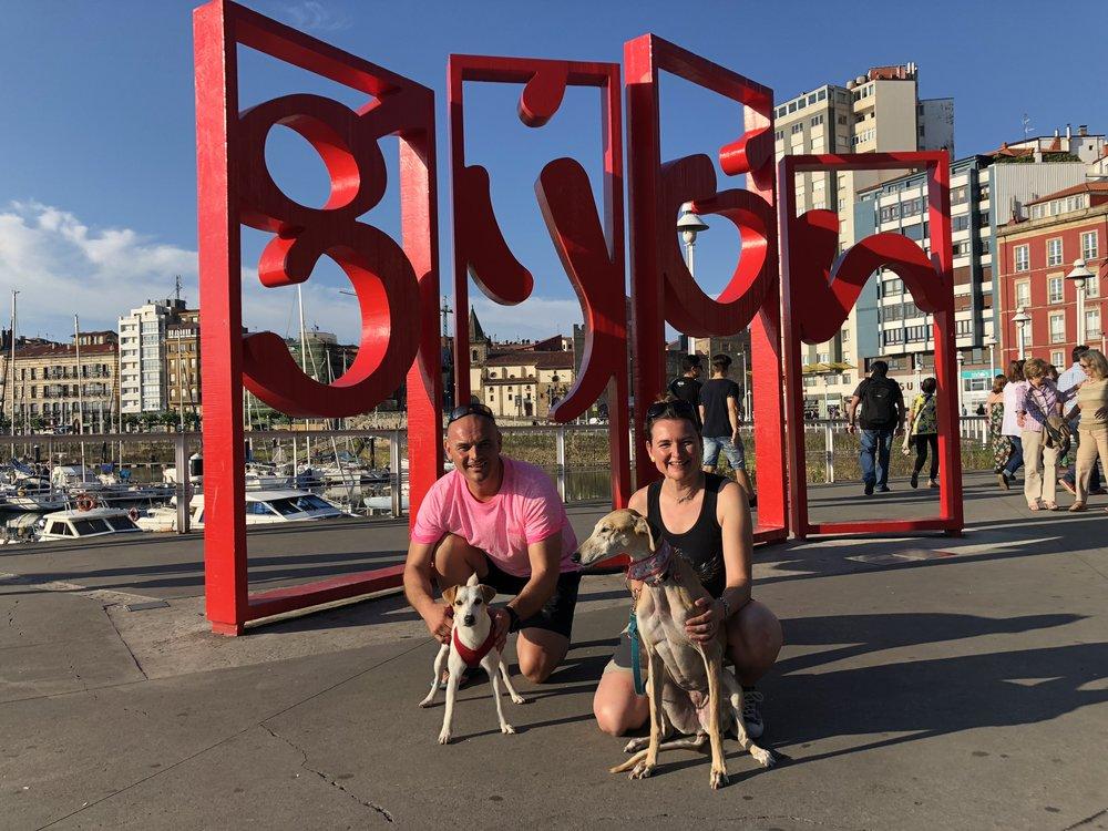 Con Jairo, Belén y su perrita.
